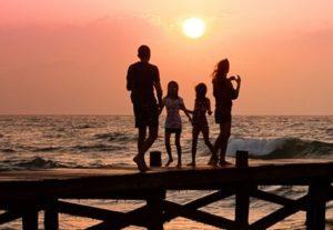 Familie auf einer Seebrücke am Meer