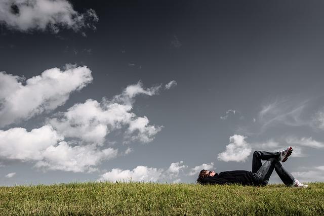 mann liegt auf der Wiese
